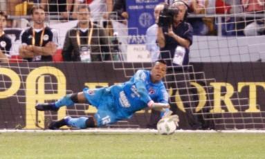 Sidão se estica para defender a cobrança de Matias Moya na semifinal entre São Paulo e River Plate Foto: GREGG NEWTON / AFP