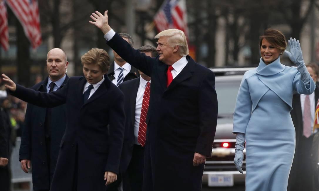 Trump, ao lado de Barron, o filho mais novo, e a primeira-dama Melania caminham pela Avenida Pennsylvania, em Washington, no desfile de posse Foto: JONATHAN ERNST / REUTERS