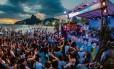 George Israel e o convidado Toni Garrido se apresentam no palco do Verão Rio, no Posto 10 da Praia de Ipanema no primeiro domingo do projeto Foto: MARCELO REGUA / O Globo