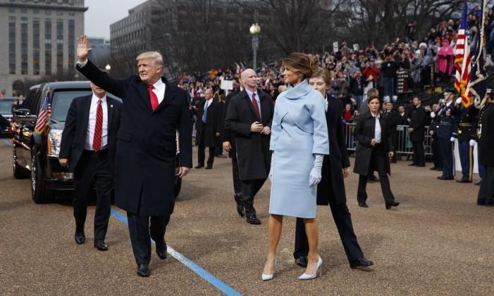 Trump e Melania acenam para o público durante parada de posse presidencial Foto: Evan Vucci / AP