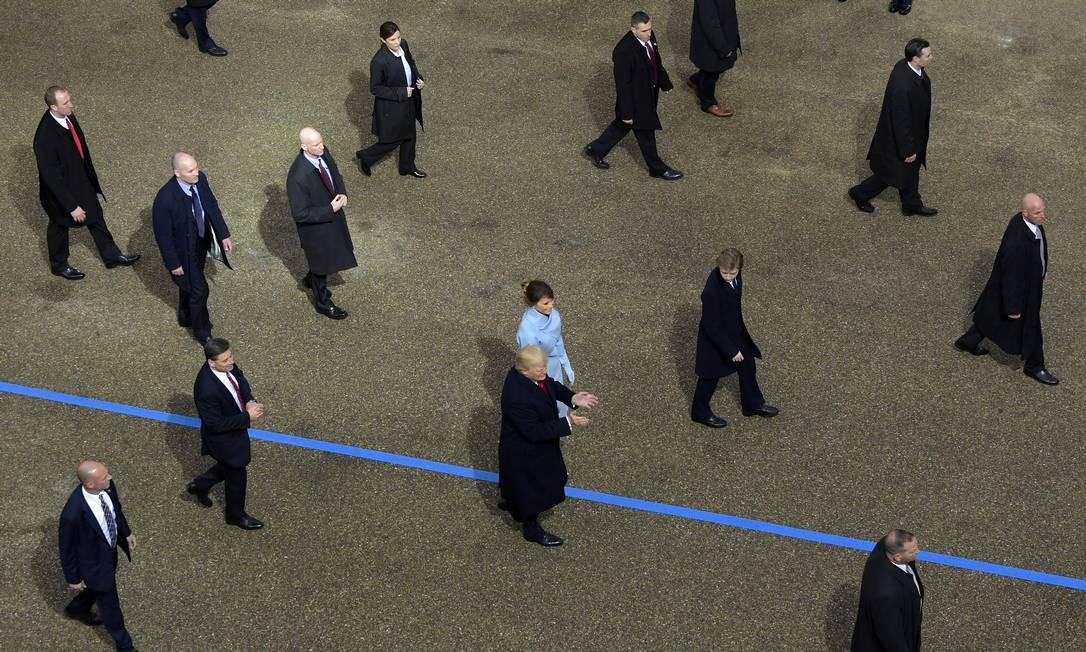 Presidente Donald Trump caminha ao lado da primeira dama Melania Trump cercado por agentes do serviço secreto durante a parada de posse Foto: Susan Walsh / AP