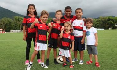 Filhos de jogadores do Flamengo posam no gramado do Ninho do Urubu Foto: Gilvan de Souza