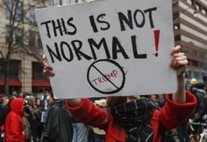 Manifestante protesta contra Trump durante posse do republicano, em Washington Foto: John Minchillo / AP