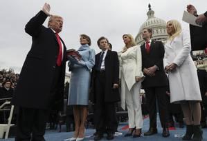 Família reunida na posse: Melania foi de azul à la Jackie Kennedy, as filhas Ivanka (ao centro) e Tiffany preferiram o branco. Fora do lugar, só a longa gravata de Trump Foto: Jim Bourg/AP