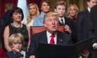 Trump, cercado pela família, assina primeiros decretos executivos: tom do discurso dividiu lideranças pelo mundo Foto: J. SCOTT APPLEWHITE / AFP