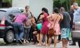 Desespero. A ex-mulher do agente do Degase desmaia em frente ao IML Foto: Fabiano Rocha / Agência O Globo