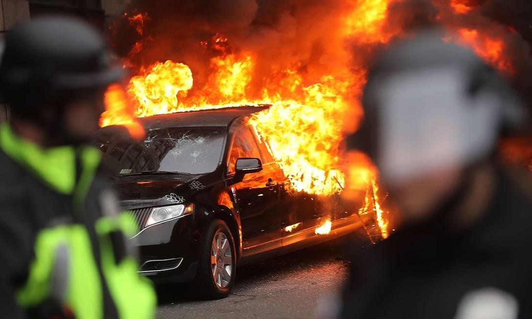 Vários carros foram incendiados durante protesto contra o presidente Donald Trump, em Washington Foto: SPENCER PLATT / AFP
