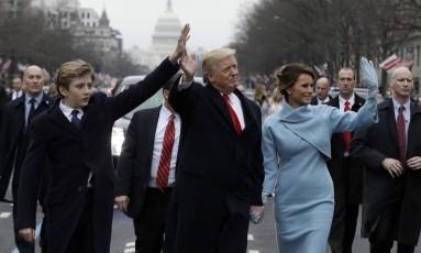 Primeiro dia. Ao lado do filho, Barron, e da mulher, Melania, Trump acena ao público durante a parada em Washington: presidente assumiu o governo mantendo retórica e estilo polêmico adotados durante toda a campanha Foto: Evan Vucci/AP