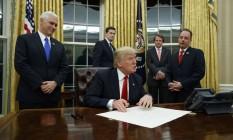 Donald Trump assina sua primeira ordem executiva no Salão Oval Foto: Evan Vucci / AP