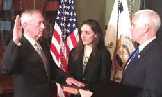 Mattis (esquerda) toma posse juramentando ao vice-presidente Mike Pence Foto: Reprodução/@PressSec