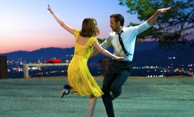"""A moda e a dança caminham juntas desde que os Ballets Russes, de Sergei Diaghilev, sacudiram Paris pela primeira vez. O ano era 1909. De lá para cá, estilistas têm buscado inspiração nos movimentos dos bailarinos, trazendo para o guarda-roupa das mulheres a fluidez e a delicadeza dos figurinos mostrados no palco. Uma parte dessa troca aconteceu via cinema, graças sobretudo aos musicais de Hollywood. Por isso, a estreia nos cinemas de """"La La Land — Cantando Estações"""" é tão inspiradora. Quem não adoraria vestir um longo de seda, calçar saltos prateados e esquecer da vida valsando nos braços de Ryan Gosling, como faz Emma Stone no filme? Foto: Dale Robinette / Divulgação"""