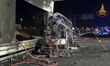 Ônibus que se incendiou na Itália, matando ao menos 16 pessoas Foto: Italian Firefighters / AP