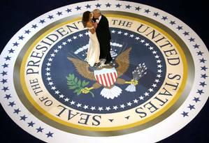 O presidente e a primeira-dama, Melania, fazem a primeira dança no baile após a posse Foto: JONATHAN ERNST / REUTERS
