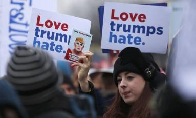 """Em Berlim, milhares de mulheres marcham em frente à Embaixada dos EUA, ao ldo do Portão de Brandemburgo. O slogan é """"Love trumps hate"""", ou """"O amor supera o ódio"""", um trocadilho com o nome do presidente Foto: HANNIBAL HANSCHKE / REUTERS"""