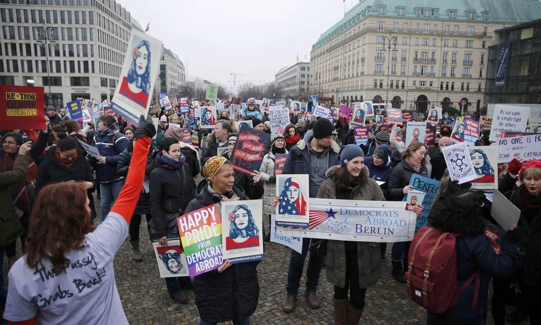 Mulheres levaram vários cartazes à marcha de Berlim Foto: HANNIBAL HANSCHKE / REUTERS
