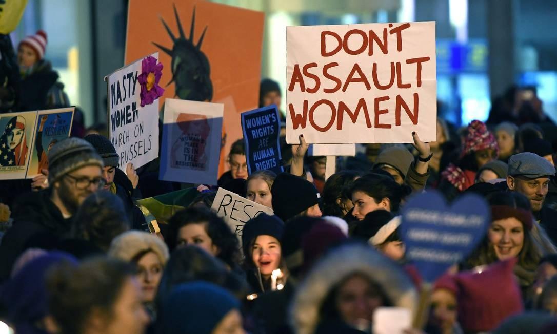 """Em Bruxelas, na Bélgica, pessoas mostram cartazes com escritos como """"Não assediem mulheres"""" Foto: EMMANUEL DUNAND / AFP"""