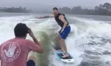 Chris Froome mostra equilíbrio no wakesurfe Foto: Reprodução