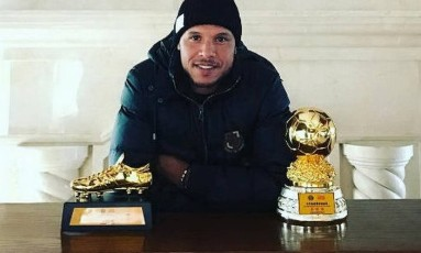 Luis Fabiano e os troféus de melhor jogador e artilheiro do Chinês Foto: Reprodução