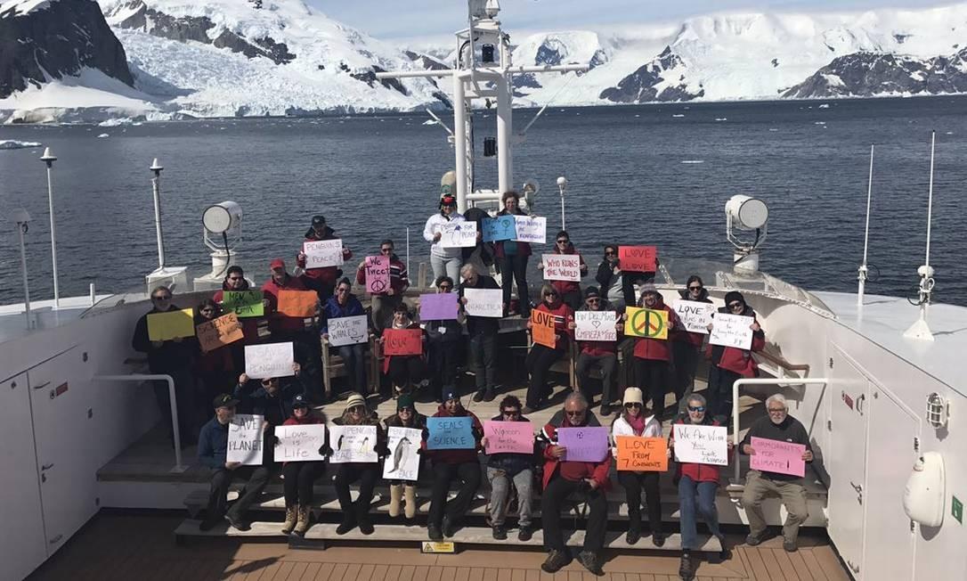 Na Antártida, grupo de manifestantes de seis continentes protestaram contra discurso sexista e políticas climáticas de Donald Trump Foto: Reprodução/Twitter