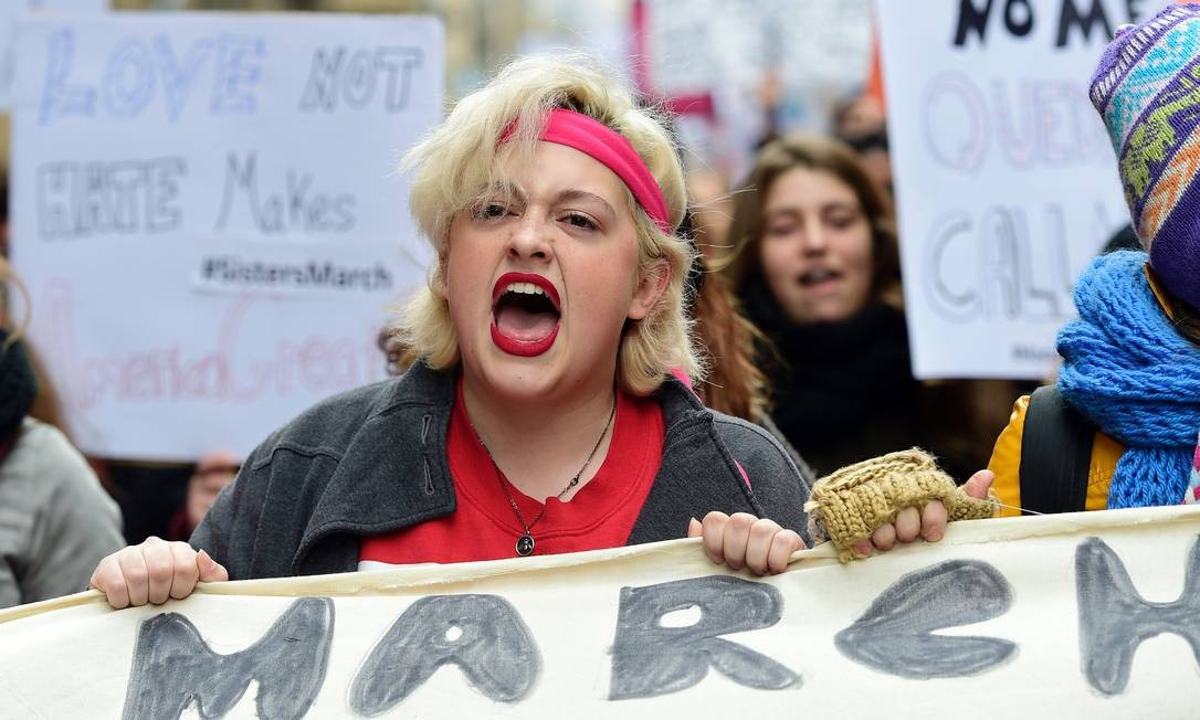Mulheres marcham em solidariedade a protesto que reúne milhares de manifestantes em Washington Foto: LLUIS GENE / AFP