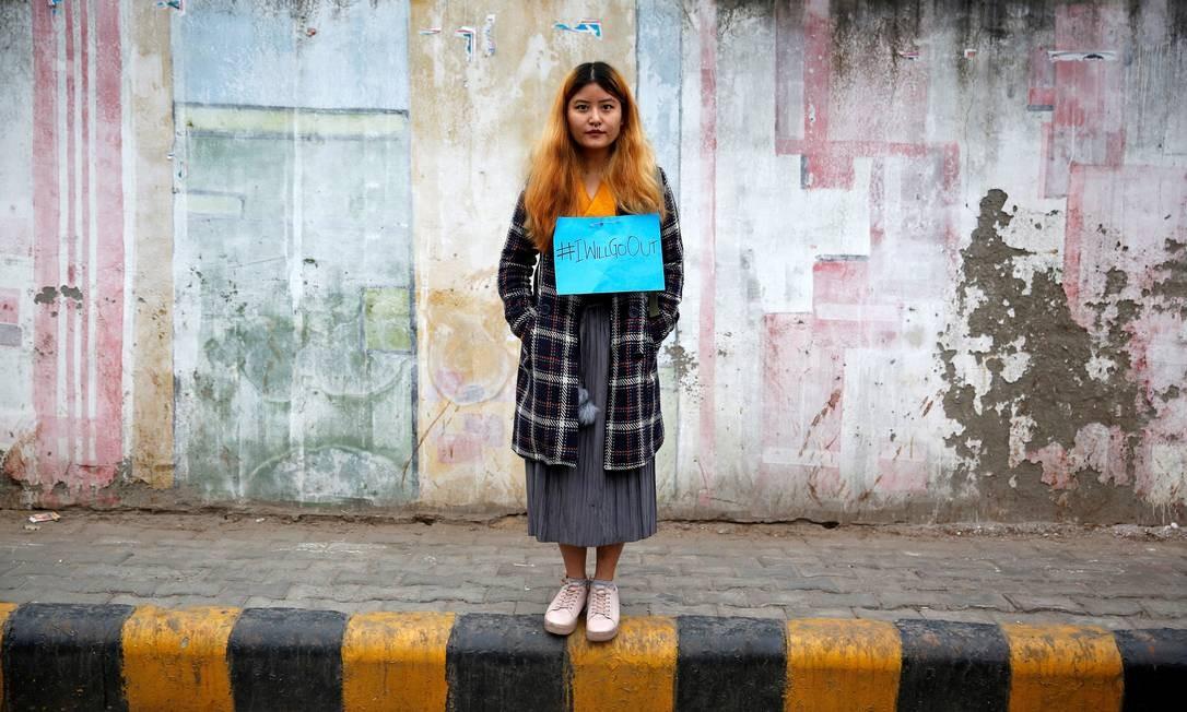 Na Índia uma mulher espera início do protesto #IWillGoOut, contra a falta de segurança para mulheres em espaços públicos e em apoio a Marcha das Mulheres em Washington Foto: CATHAL MCNAUGHTON / REUTERS