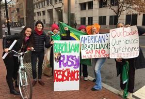Brasileiras levaram cartazes para manifestação de mulheres contra retórica considerada sexista de Donald Trump Foto: Henrique Gomes Batista