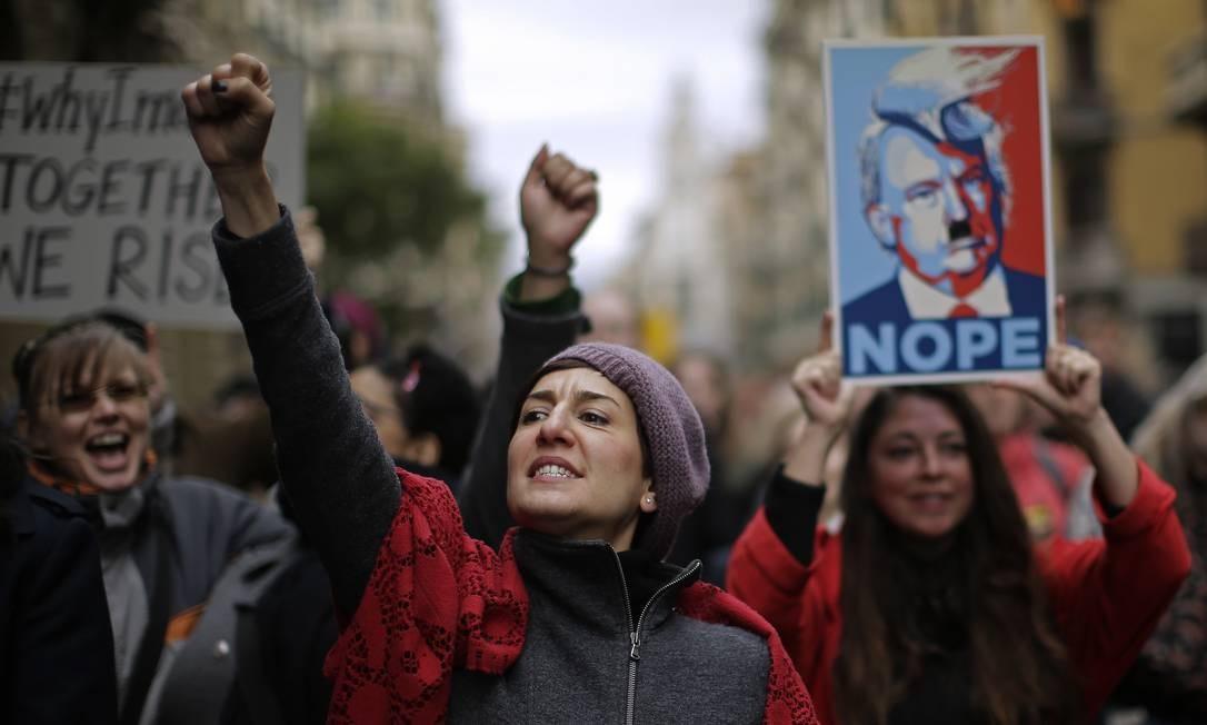 Mulheres marcham contra Trump em Barcelona, na Espanha; no mundo, são 2,5 milhões de pessoas nas ruas contra o republicano Foto: Manu Fernandez / AP