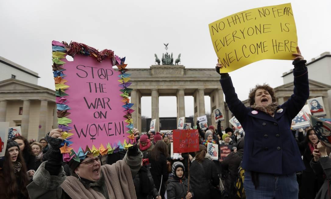 O protesto em frente ao Portão de Brandenburgo, em Berlim, na Alemanha Foto: Michael Sohn / AP