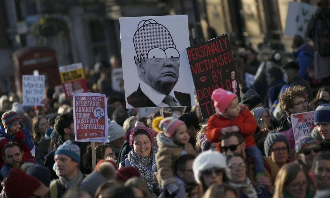Marcha das mulheres contra o presidente Donald Trump reúne milhares de pessoas, em Londres, na Inglaterra Foto: NEIL HALL / REUTERS