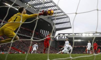 Firmino marca seu primeiro gol na derrota do Liverpool para o Swansea Foto: Phil Noble / REUTERS