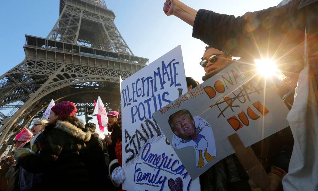 A marcha das mulheres contra Trump em Paris, na França Foto: JACKY NAEGELEN / REUTERS