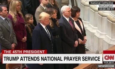 Donald Trump ao lado de sua mulher, Melania Trump, do vice, Mike Pence, e sua mulher, Karen Pence Foto: Reprodução CNN