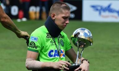Sobrevivente da tragédia de Medellín, goleiro Jackson Follmann segura o troféu da Copa Sul-Americana Foto: NELSON ALMEIDA / AFP