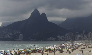 Nuvens carregadas encobrem a Praia de Ipanema Foto: Gabriel de Paiva / Agência O Globo