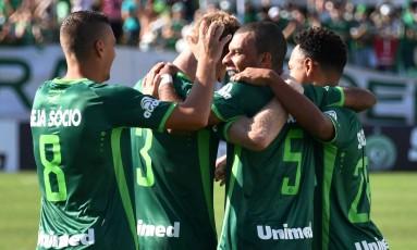 Amaral, número 5, comemora o segundo gol da Chape Foto: NELSON ALMEIDA / AFP
