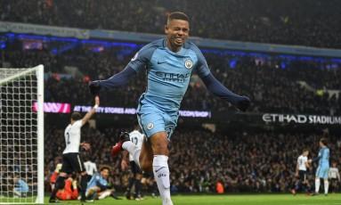 Gabriel Jesus comemora o gol, que seria anulado logo depois, em sua estreia no Manchester City Foto: PAUL ELLIS / AFP