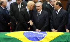 O presidente Michel Temer em conversa com o ministro Alexandre de Moraes no velório de Teori Foto: DIEGO VARA / REUTERS