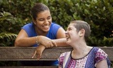 Aline Muniz e Bia Maciel: uma amizade que nasceu na luta contra a leucemia Foto: Hermes de Paula / Agência O Globo