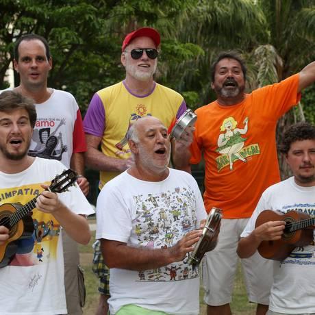 Irreverentes. Compositores de blocos reunidos na Praça General Osório, em Ipanema: sambas com letras cheias de duplo sentido Foto: Custódio Coimbra / Custódio Coimbra