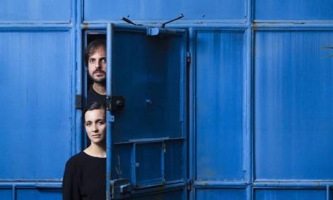 Criadores. Os designers Olívia Ferreira e Pedro Garavaglia, do Radiográfico: a dupla mantém o estúdio no Humaitá Foto: Léo Martins