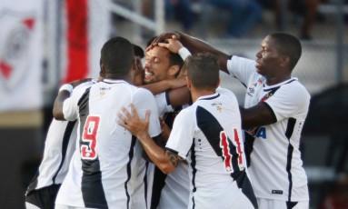 Nenê é abraçado pelos companheiros ao fazer o gol da vitória do Vasco sobre o River Plate Foto: GREGG NEWTON / AFP