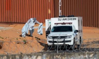 Peritos retiram pedaços de corpos na Penitenciária de Alcaçuz, no RN Foto: ANDRESSA ANHOLETE / AFP