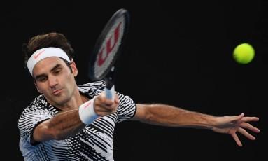 Suíço Roger Federer devolve a bola na vitória sobre Kei Nishikori Foto: SAEED KHAN / AFP