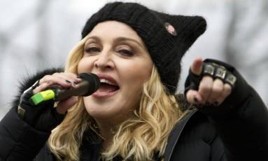 Madonna com uma versão preta do 'pussy hat' na Marcha das Mulheres realizada neste sábado em Washington Foto: Jose Luis Magana / AP