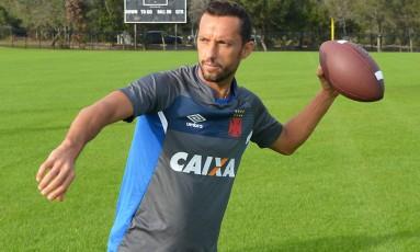 Nenê brinca com a bola de futebol americano em Orlando Foto: Nelson Costa/Vasco.com.br