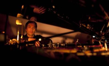 """O inglês Leon Michener tira do piano o som do techno e de outras variantes da música cibernética: """"Tive quase um ano de trabalho para acertar uma peça de três minutos. Quanto mais mecanicamente tocava, mais me sentia livre"""", diz"""