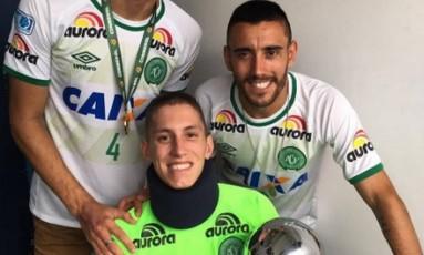 Neto, Follmann e Alan Ruschel e a taça da Copa Sul-Americana Foto: Reprodução