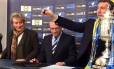 Rod Stewart, à esquerda, participa do sorteio da Copa da Escócia Foto: Reprodução