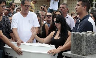 Criança morta com bala perdida em Irajá é enterrada Foto: Roberto Moreyra / Agência O Globo