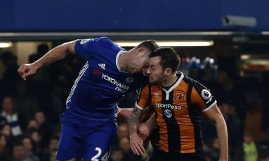 Gary Cahill, à esquerda, do Chelsea, disputa a bola com Ryan Mason, que se lesionou seriamente Foto: ADRIAN DENNIS / AFP
